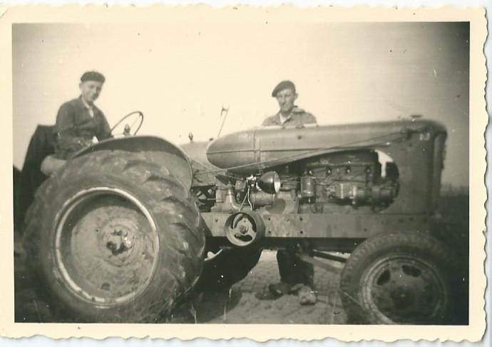 Leon van Esbroeck en tractor augustus 1955
